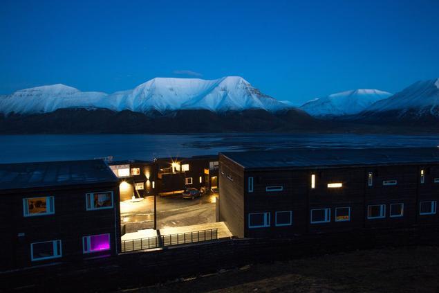 Mørketidslys over Longyearbyen. Foto: Yngve Vogt/UiO