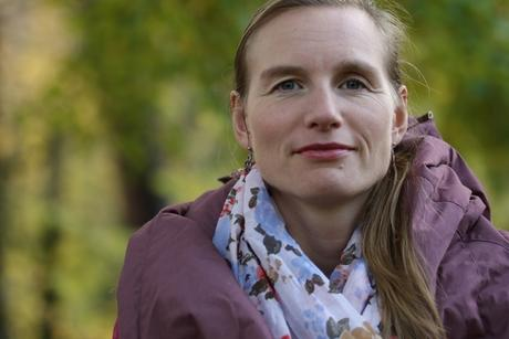 Bilde av Marie Lindberg i høstlige omgivelser. skjerf og lilla jakke, gult løv. Foto: Jan Sørenssen/FNI