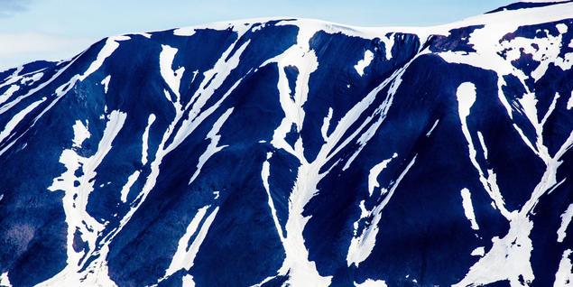 Fjellside med snø og is på Svalbard. Foto: Yngve Vogt/UiO