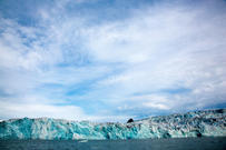 Blue sky over Svalbard icebergs. Foto: Yngve Vogt/UiO