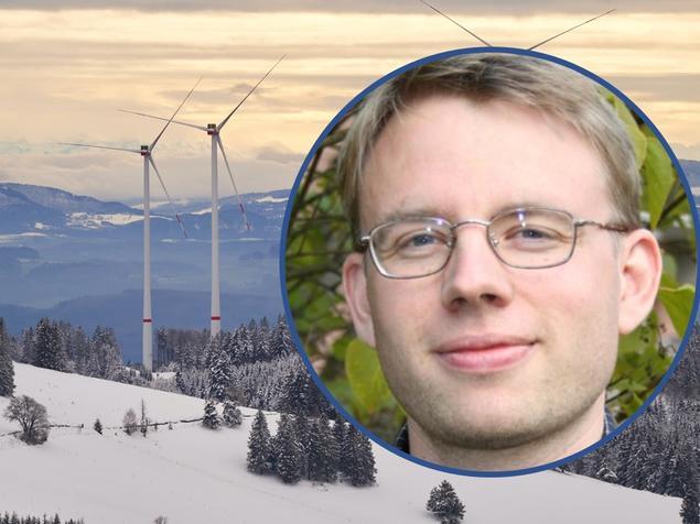 Lars H. Gulbrandsen foran vinterlige vindmøller. Foto: FNI/Wolfgang Hasselmann on Unsplash.com