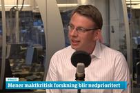 Lars Gulbrandsen i hvit skjorte i studio hos NRK Dagsnytt atten