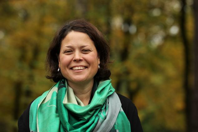 Smiling Kendra Dupuy with green scarf in autumn exterior. Foto: Jan Dalsgaard Sørensen/FNI